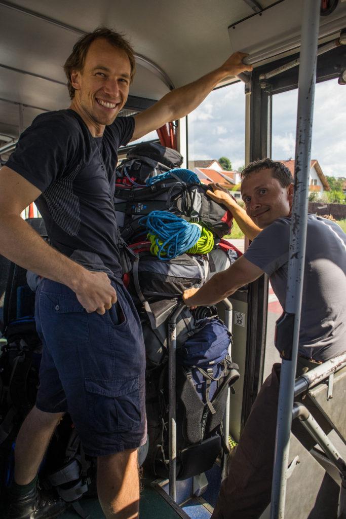 Batohy sa nám skoro nezmestili do autobusu