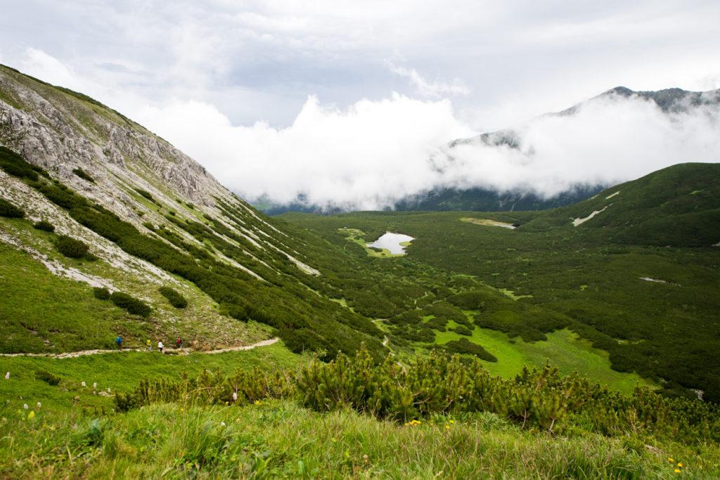 Pohľad z konca hrebeňa Veľkých tatier na Biele pleso